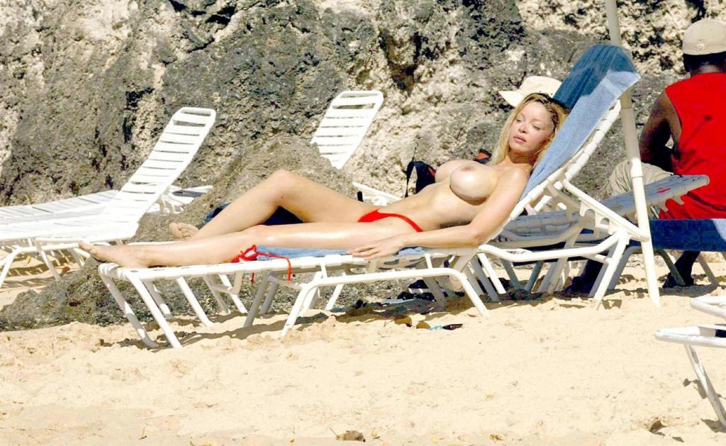 alicia-douvall-topless-seins-nus-sexy-3