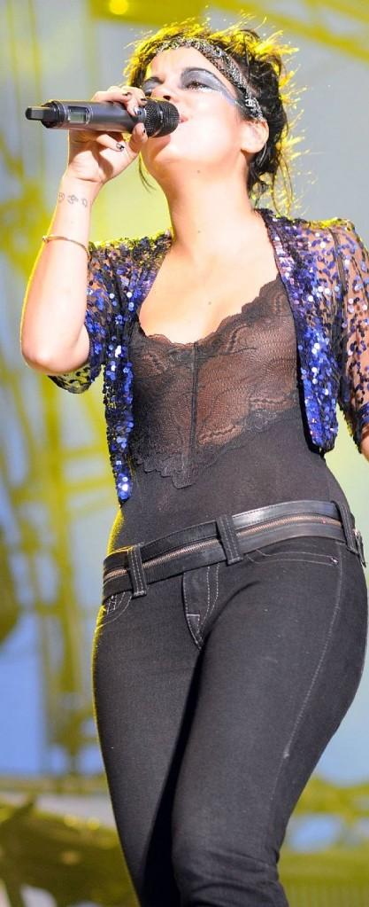 Lily Allen top sexy dans un haut transparent PlaneteBuzz