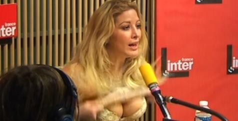 vidéo Loana montre ses seins sur France inter