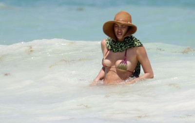 20150412-irina-shayk-bikini-home