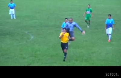 goal-perou-kick-arbitre