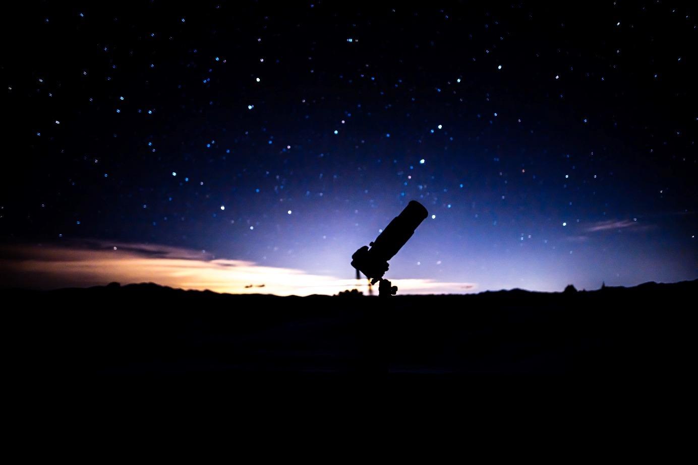 télescope dans la nuit