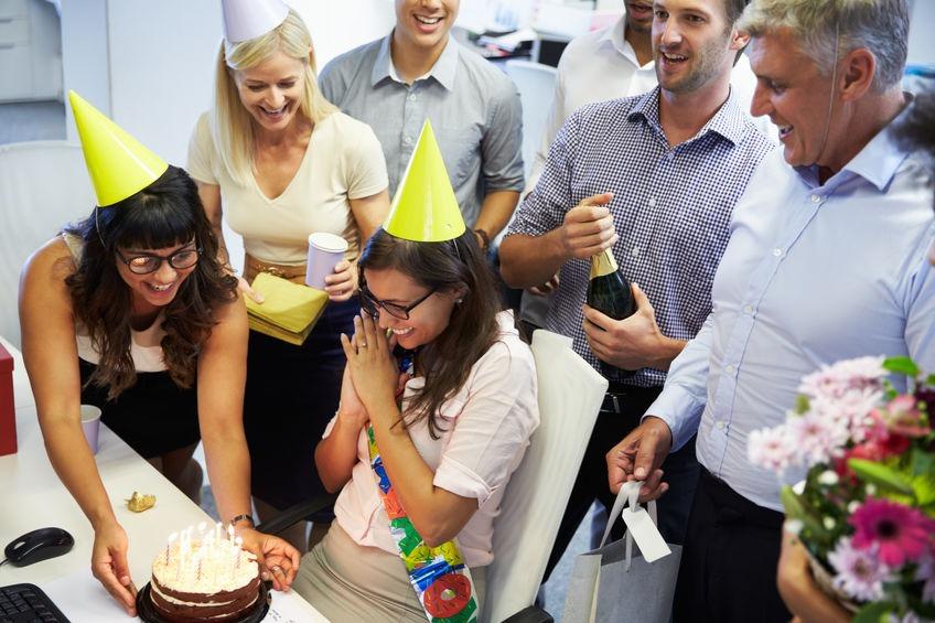 anniversaire surprise avec collègues de travail