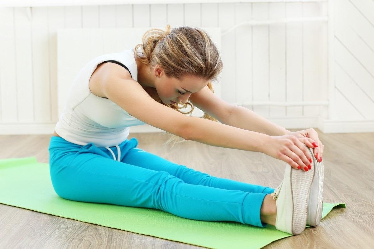 femme faisant de la gym à la maison